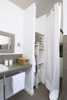Aménagement d'une petite salle de bain avec une tringle à rideau mobile http://www.homelisty.com/amenagement-petite-salle-de-bain/