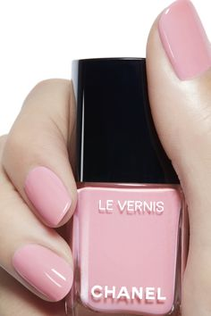 LE VERNIS by CHANEL: A long-wear, protective nail polish with lasting shine designed to make vibrant colours dazzle. Chanel Nail Polish, Chanel Nails, Peach Nails, Gel Nails At Home, Luxury Nails, Nail Envy, Artificial Nails, Nagel Gel, Nail Polish Colors