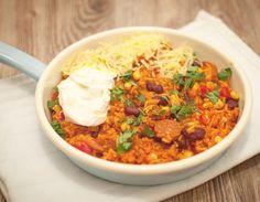 Mexicaanse rijst met chorizo; een makkelijk en snel éénpansgerecht voor doordeweeks. Lekker in combinatiemet zure room, cheddar en macho's.