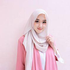 Tutorial Hijab Wisuda, Hijab Style Tutorial, Beautiful Hijab Girl, Beautiful Muslim Women, Casual Hijab Outfit, Hijab Chic, Hijabi Girl, Girl Hijab, Modern Hijab Fashion