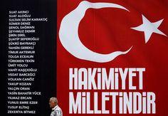 Kurbanların isimleri Taksim Meydanı'nda Kanlı darbe girişiminde hayatını kaybeden siviller ile şehit olan polislerin isimlerinin yazılı olduğu pano, İstanbul'un merkezine kuruldu. Reuters haber ajansı, fotoğrafları tüm dünyaya geçti...