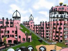Hotel Grüne Zitadelle, com 42 quartos, finalizado em 2005, em Magdeburg, Alemanha  © obvious: http://obviousmag.org/alcova_moderna/2015/05/hundertwasserhouse---conjunto-habitacional-com.html#ixzz3dPTmAewS  Follow us: @obvious on Twitter | obviousmagazine on Facebook