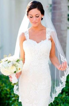 Looking for adorable wedding veils? Short vintage over-face veils, long ideas with tiara, lace veils to wear with your hair down and lots of inspo is here! Tiara Hairstyles, Down Hairstyles, Wedding Hairstyles, Elegant Wedding Gowns, White Wedding Dresses, Trendy Wedding, Wedding Ideas, Dress Wedding, Wedding Photos