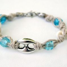 Make up a beachy bracelet from hemp and beads in just ten minutes! A perfect casual accessory!