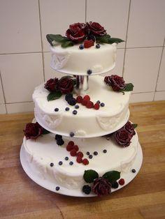 Tabler Torten. Tolle Hochzeits-Torte mit feinem weißem Marzipan und roten Rosen.