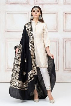 beagm style fashion show Mughal - Pakistani Dress Clothes Fashion Woman Designer Party Casual Formal Nikkah Dress, Pakistani Formal Dresses, Pakistani Fashion Casual, Pakistani Suits, Indian Dresses, Indian Outfits, Indian Fashion, Shalwar Kameez Pakistani, Salwar Kameez