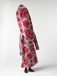 """Nick Cave, """"Soundsuit"""". Né en 1959 dans le Missouri, est un danseur et plasticien américain qui travaille le tissu. Ses œuvres les plus connues sont les Soundsuits (costumes sonores), des sculptures de tissu qui peuvent être portées comme des déguisements extravagants1. Il a été danseur dans la compagnie d'Alvin Ailey. Il vit actuellement à Chicago et dirige la filière dédiée à la mode de l'Institut d'art de Chicago."""