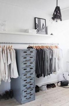 offener Kleiderschrank - Stahlstange an der Wand montiert