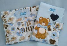 Lindas peças para seu bebê.    Uma capa para caderneta de vacinas e um kit higiene para acomodar de 3 a 4 fraldas, 1 pomada e 1 pacote de lenços umedecidos.    Fazemos em outras cores, temas e estampas. Consulte nosso mostruário.
