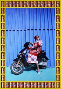 Moteras en Marruecos | VICE España. El artista marroquí afincado en Londres Hassan Hajjaj explora la cultura motera de Marrakesh en su última serie de fotografías, Kesh Angels. aturalmente, no se trata de verdaderas bandas de moteras. Estas chicas son amigas de Hajjaj, a las que se puede encontrar pintando tatuajes de henna a los turistas en la plaza principal.