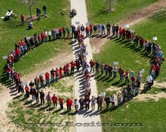 Gino Strada - C'era una volta un pianeta ...Un raccontino da fare girare, nelle case, nelle scuole, tra tutte le persone. Scritto da chi conosce bene la guerra, le sofferenze che ne derivano, lèangoscia e la solitudine che procura.   Per favore, leggetelo e fatelo leggere, anche questo potrebbe essere come la famosa goccia indispensabile in un mare di nulla.  #GinoStrada, #guerra, #diritti, #sofferenza, #scuola, #istruzione, #pace, #citazioniItaliane, #citazioni, #ItalianQuotes,