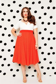 """The Fresh Sophisticate Collection from IGIGI: """"With this collection we wanted to portray a feeling of effervescence and grace — an image of a woman who enjoys life and isn't afraid to … Curvy Fashion, Plus Size Fashion, Fashion Looks, Chino Shorts, Party Kleidung, Party Mode, Cooler Look, Plus Size Model, Trends"""