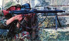 Waffen SS operando una mg-42 se necesitan 3 personas para usar un emplazamiento de mg-42.uno disparaba el otro cargaba municiones y aprovisionaba y el otro cargaba los 2 trípodes para las diferentes situaciones