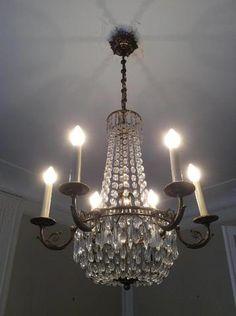 Un lustre de forme « Montgolfière », à six bras de lumière. De