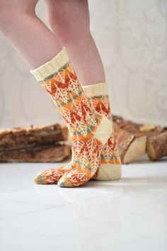 Wow check out this trendy photo - what a creative conception Wool Socks, Knitting Socks, Loom Knitting, Hand Knitting, Knit Basket, Yarn Stash, Knitting Accessories, Sock Shoes, Knitting Projects