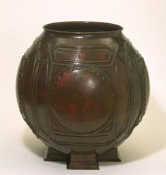 Urn, Frank Lloyd Wright, about 1902. Museum no. M.28-1992