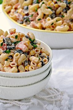 Make the substitutions to make this vagan--This Mexican Macaroni Salad is a very versatile summer salad perfect for picnics and barbecues. This recipe is a keeper! Mexican Macaroni Salad, Easy Macaroni Salad, Mexican Pasta, Mexican Dishes, Pasta Recipes, Salad Recipes, Cooking Recipes, Healthy Recipes, Macaroni Recipes