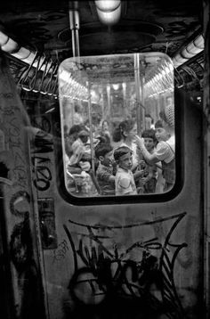 New York City 1985 Ferdinando Scianna street photography black & white window tram train cart kids Urban Photography, Vintage Photography, Window Photography, Photography Gallery, Children Photography, Photography Tips, Landscape Photography, Portrait Photography, Nature Photography