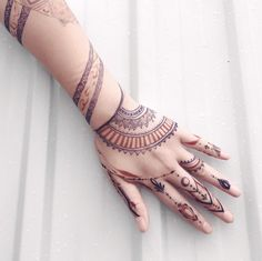 amazing mehndi design for hand cool design combination of 2 colors #mehndidesign #henna #hennadesign #hennatattoo #hennaart #mehndiart #mehendidesign #mehndidesignforhand