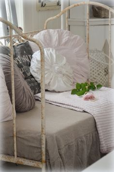 Romantic and shabby Country Decor, Country Style, Romantic Homes, Daybed, Beautiful Day, Cottages, Cribs, Bean Bag Chair, Beds
