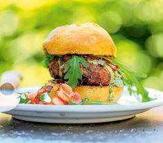 Die Käsemischung mit Pfeffer gibt dem Rindfleischburger vom Grill das gewisse Etwas.