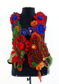 Esse Colete faz parte da Coleção Free, é  tramado em tear manual, com acabamento e detalhes em crochê e tricô.