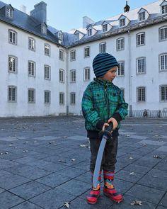 Mon garçon-ninja qui explore le Vieux-Québec... #quebec #kid #photo #automne #jeudi #vieuxquebec #dehors #ninja #clement