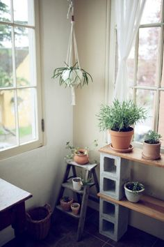 porte-pots ou étagère à faire soi-même en parpaing creux et planches