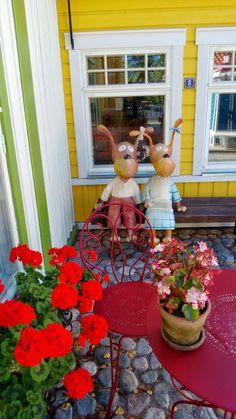 Elsa ja Kille istuskelemassa Särkänniemen Koiramäessä. Koiramäki, Doghill @ Särkänniemi #sarkanniemi #tampere visit: http://www.sarkanniemi.fi