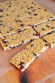 homemade muesli bars Ingredients : cup quick cook oats cup of rice bubbles of any puffed grain cereal butter cup brown sugar cup of honey, golden syrup or any other sugar syrup tbsp malt extract (syrup) tsp vanilla cup sultanas cup cranberries Sweet Recipes, Snack Recipes, Breakfast Recipes, Cooking Recipes, Breakfast Bars, Breakfast Ideas, Homemade Muesli Bars, Snacks Homemade, Bellini Recipe