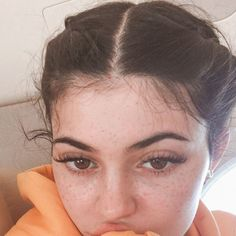 The interesting pictures of Kylie Jenner without makeup are here. To see more of how Kylie Jenner no makeup looks in real life! Looks Kylie Jenner, Estilo Kylie Jenner, Kardashian Jenner, Kardashian Kollection, Maquillaje Kylie Jenner, Selfie Foto, Instagram Brows, Kendall And Kylie, Vanessa Hudgens