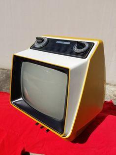 1975 GE  TV Model SF1702YL Retro Futuristic, Futuristic Technology, Portable Tv, Design Movements, 1975, Atomic Age, Design Museum, Exhibit Design, Box Tv