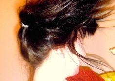 Deine Kopfhaut ist irritiert? Wir haben ein tolles, einfaches und günstiges Rezept für dich. Mit natürlichen Zutaten aus der Küche besänftigst du die Haut Hair Care, Remedies, Make Up, Long Hair Styles, Beauty, Hairstyles, Bag, Beauty Products, Skin Care