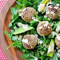 Arugula, avocado and garbanzo pistachio meatballs make salads fun! (Recipe in english and spanish!)