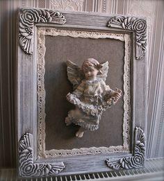 Superbe cadre en bois sculpté ancien de toute beauté avec un ange guirlande de fleurs