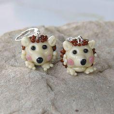 Náušnice ježek - vinuté perle Náušnice ježek, jsou z ručně vinutých skleněných perel z vlastní dílny. Náušnice zavírací, kovové s galvanizací barvě stříbra, neobsahuje nikl. Každý ježek na náušnicích je vysoký cca 15 mm.