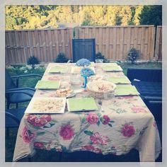 La mesa lista para cenar el 31 de julio en mi jardín.