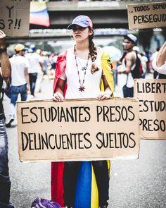 Protestas! #Resistencia #FuerzaVE #24A #streetphotovenezuela #caracas #venezuela #photojournalism #documentary
