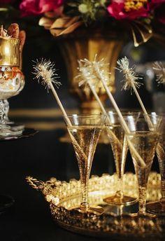 Thème Gatsby pour un cocktail dinatoire. Servez les cocktails sur un plateau d'argent, tellement plus glamour!