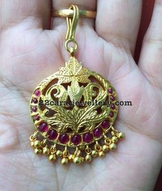 Latest Collection of best Indian Jewellery Designs. Maang Tikka Design, Tikka Designs, Indian Jewellery Design, Indian Jewelry, Jewelry Design, Tikka Jewelry, Head Jewelry, Jewelry Necklaces, Where To Buy Gold
