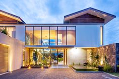 La Balise house set of site 450 square feet on the beautiful island of Mauritius, designed by renowned African firm Bloc Architects. Modern Modular Homes, Modern Contemporary Homes, Modern Style Homes, Modern Bungalow, Modern Minimalist House, Small Modern Home, Mauritius Island, Box Houses, Modern Mansion