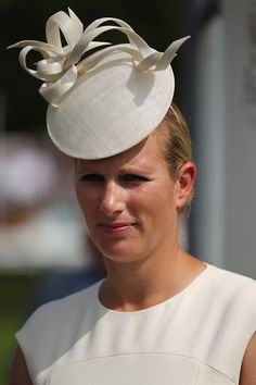 Zara Phillips Photos - Zara Philips waits to present a trophy to a rider on Ladies Day at Goodwood Races on July 2014 in Chichester, England. Today is Ladies Day at the prestigious Goodwood Races. - Ladies Day at Glorious Goodwood Goodwood Races, Fascinator Hats, Fascinators, Zara Phillips, Cocktail Hat, Hat Hairstyles, Looks Style, Ladies Day, Headdress