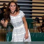 Kate Middleton pratica esportes durante visita a faculdade