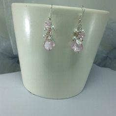 Boucles d'oreilles grappe rose, une jolie perle rose translucide et inclusions de fil d'argent, grappe de petites perles