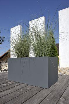 Mit seinem klaren Design trägt der Pflanztrog MURO 50 aus Fibergls in mattem Grau zur Dekoration von diversen Bereichen bei. Diesen und weitere Fiberglas-Pflanzkübel finden Sie unter: https://www.pflanzkuebel-direkt.de/pflanzkuebel-fiberglas/