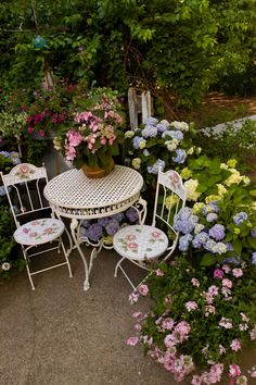 The Endless Summer Collection creates a focal point on a patio Small Gardens, Outdoor Gardens, Outdoor Rooms, Outdoor Decor, Outdoor Living, Garden Ideas Homemade, Garden Furniture, Outdoor Furniture Sets, French Cottage Garden
