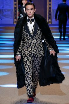 The complete Dolce & Gabbana Fall 2018 Menswear fashion show now on Vogue Runway.