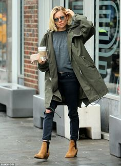 Sienna Miller wears a parka with the right amount of casual flare Parka Outfit, Lederhosen Outfit, Parka Kaki, Green Parka, Green Coat, Khaki Parka, Style Outfits, Cute Fall Outfits, Casual Outfits