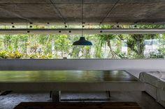 Uma mesa de cerca de oito metros de comprimento é um dos elementos distintos nos interiores | Arquiteto Paulo Mendes da Rocha