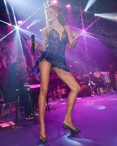 É show! No palco do #bailedavogue, @barbarafialho1 faz seu début como cantora. A top cantou e dançou acompanhada da banda Sacatraca Sissinhô em um show de bossa nova e samba. O look: @maisonalexandrine by @raphamendonca, joias @Bergersonjoias, cabeça @graciellastarling e make @iamrenato. #barbarafialho #bailedavogue #bailedavogue2017 #ladyzodiac